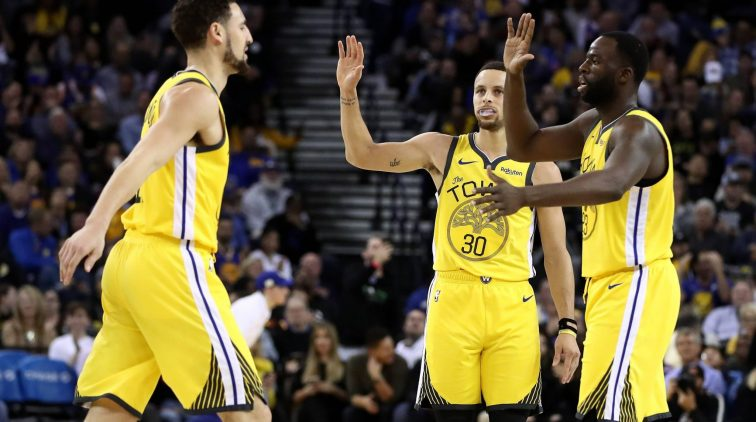 Klay Thompson tesamen met Steph Curry en Draymond Green